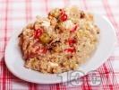 Рецепта Средиземноморска салата с киноа, пилешко месо от филе, чушки, маслини и сирене